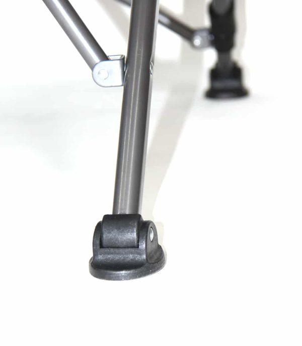 תחתיות רגליים יציבות עשויות פלסטיק חזק וכוללות ציר מתכוונן ליציבות