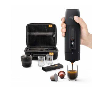 תכולת הערכה: מכונת אספרסו ניידת, כוס מדידה, זוג כוסות, מפית בד, תיק נשיאה קשיח