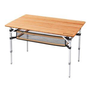 שולחן שטח גדול עם פלטת עץ במבוק עמידה במיוחד ורשת להנחת ציוד בחלק התחתון.