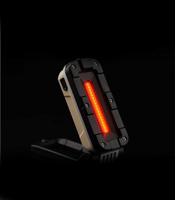 התאורה כוללת אור אדום